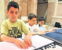 Engelli çocuklar Kur'an'ı dokunarak öğreniyor